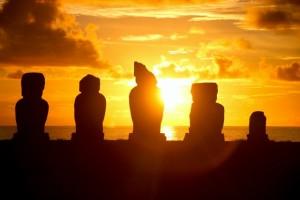 Bruno - Coucher de soleil sur les Moais de l'île de Pâques (Chili)